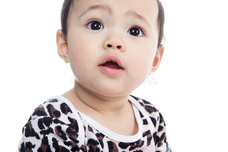 Ein asiatisches Baby auf einem Studioweißhintergrund lizenzfreies stockbild