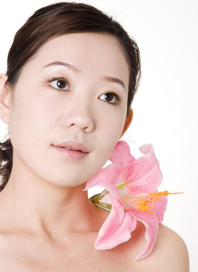 Ein asiatisches Mädchen mit schöner Haut nach Badekurort lizenzfreie stockfotos