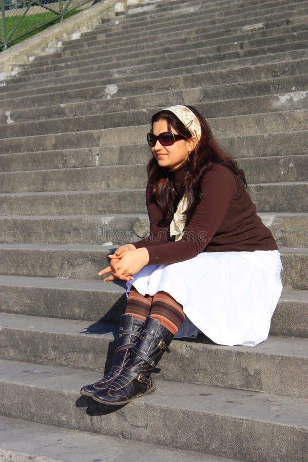 Ein asiatisches schönes Mädchen, das auf Treppen sitzt stockbild