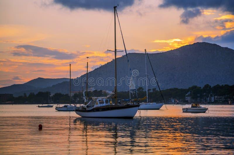 Ein atemberaubender Blick auf die luxuriösen Yachten des Anleers gegen Sonnenuntergang lizenzfreie stockfotografie