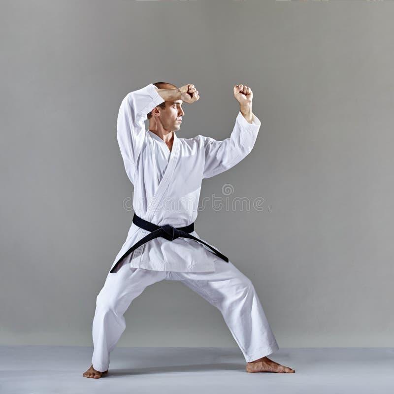 Ein Athlet im karategi führt die formale Karateübung durch stockfotos