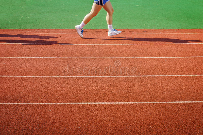 Ein Athlet läuft auf Rennbahn lizenzfreie stockfotografie