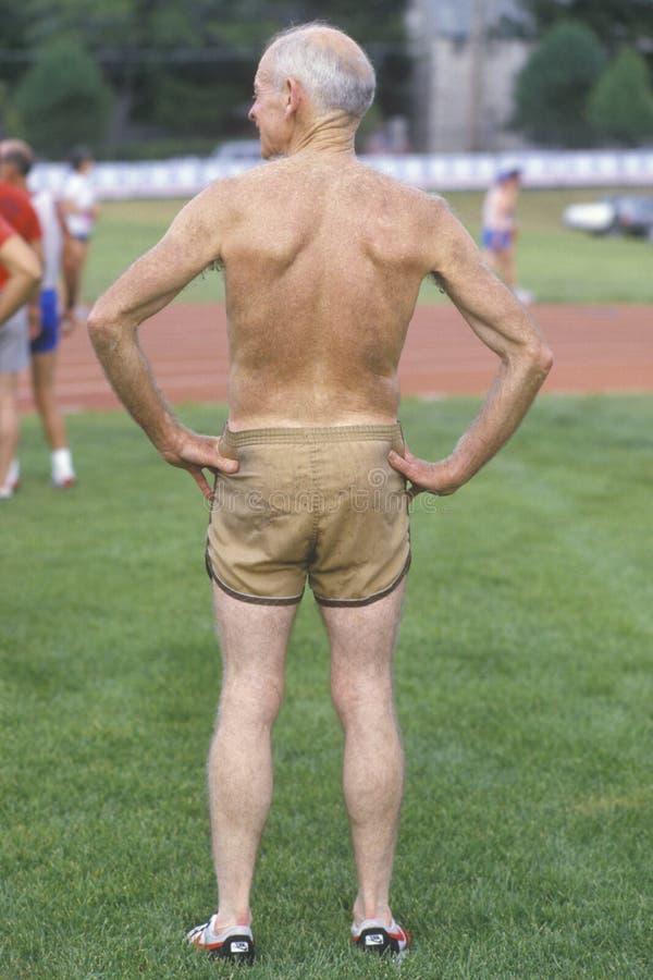 Ein athletischer älterer Bürger, stockfoto