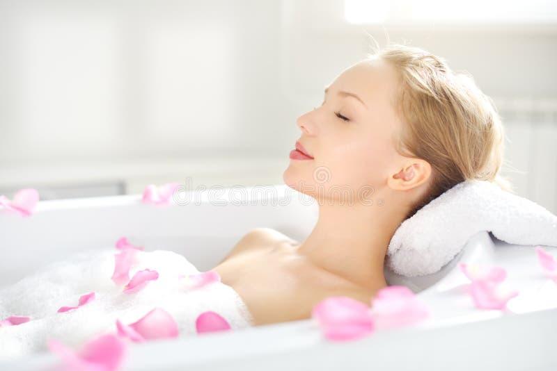 Ein attraktives Mädchen, das im Bad sich entspannt lizenzfreies stockbild