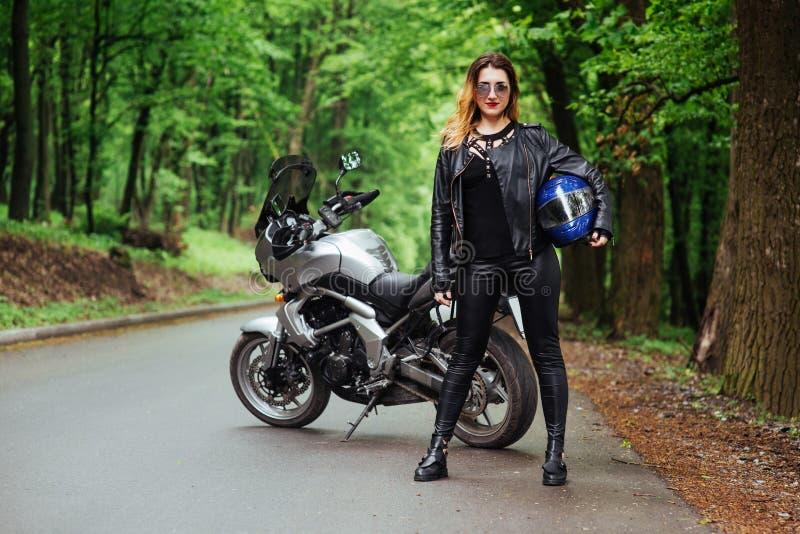 Ein attraktives sexy Mädchen auf einem Sportmotorrad, das draußen aufwirft lizenzfreie stockfotos