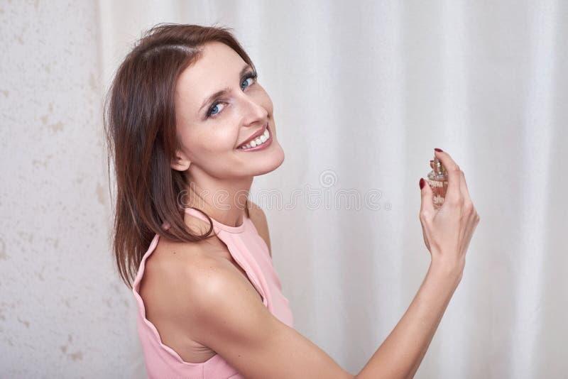 Ein attraktives weibliches Sprühparfüm auf  stockbilder