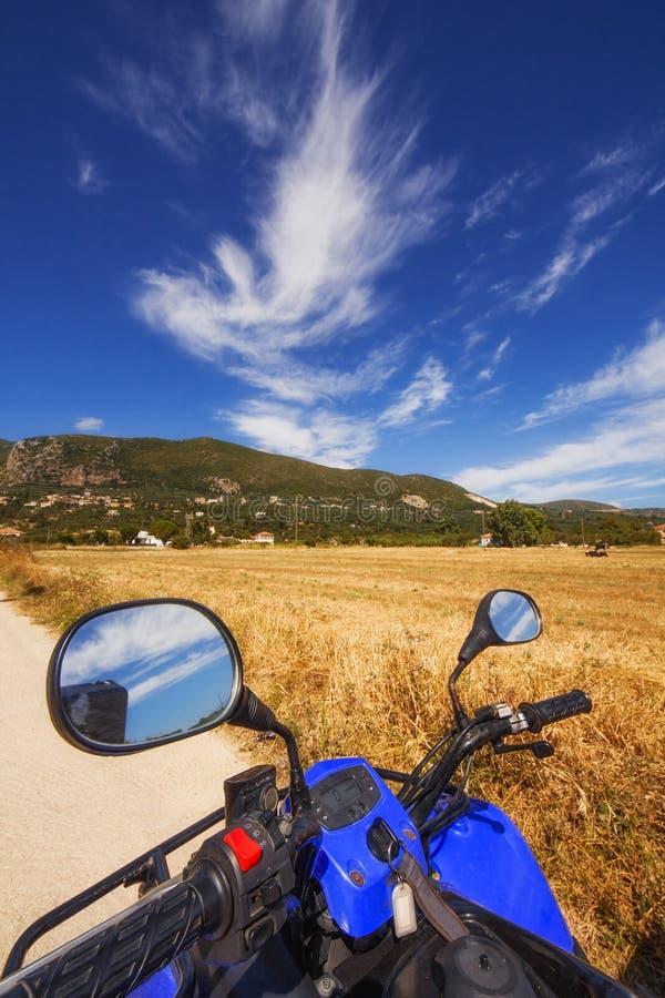 Ein ATV-Viererkabel, das durch ein ländliches Gebiet auf Zakynthos-Insel fährt lizenzfreies stockbild