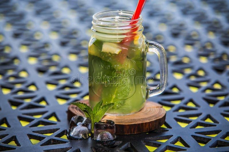 Ein Auffrischungseiskaltes Getränk der sommerzitrusfrucht lizenzfreie stockbilder