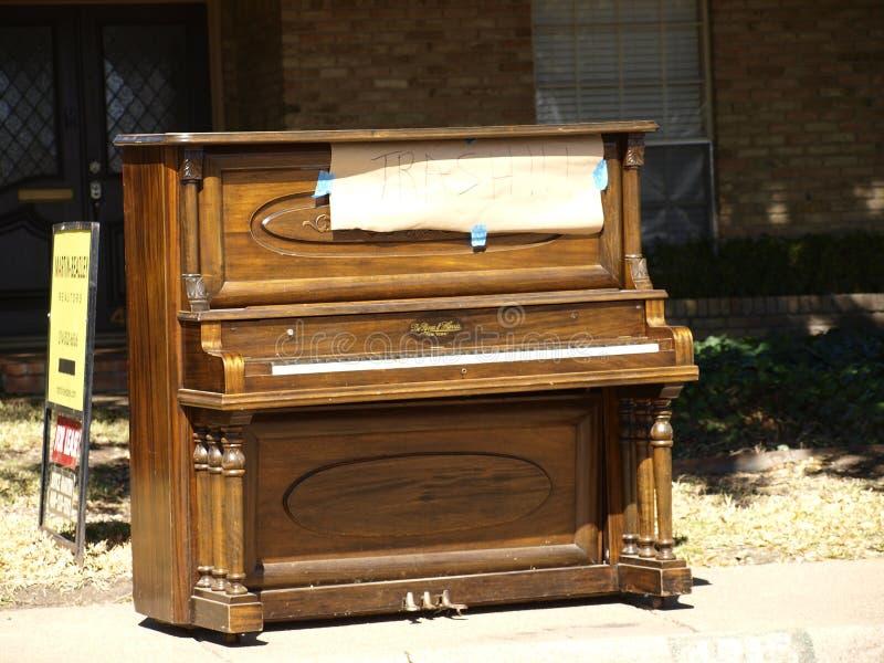 Ein aufrechtes Klavier sitzt auf einem Bürgersteig am Abfall-Tag lizenzfreies stockbild