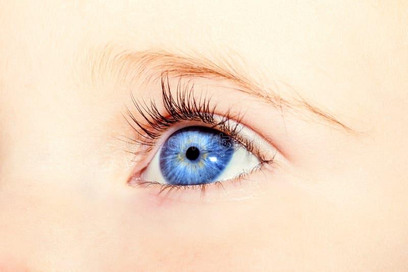Ein Auge ein jähriges Mädchen lizenzfreies stockbild