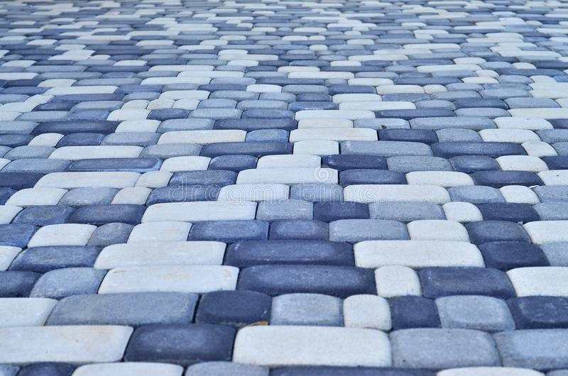 Ein ausführliches Foto des Quadrats, ausgebreitet vom modernen Pflasterstein mit gerundeten Ecken Genaues Design der Fußgängerzon lizenzfreie stockfotos