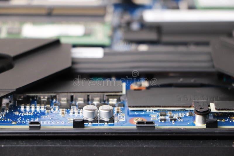 Ein Aussenseiter säubert eine Laptopkühlvorrichtung Verseuchtes Kühlsystem des Computers stockfotos