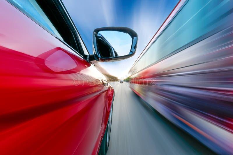 Ein Autofahren auf eine Autobahn an den hohen Geschwindigkeiten lizenzfreie stockfotos