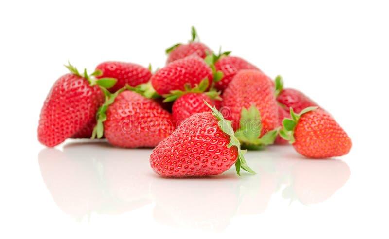Ein Bündel Erdbeeren auf einem weißen Hintergrund stockbild