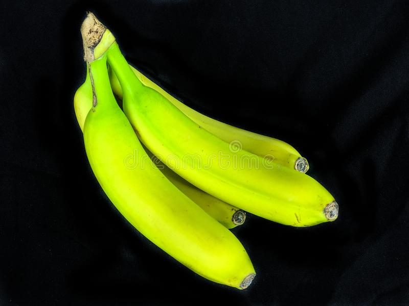 Ein Bündel fast reife Bananen lizenzfreie stockfotos