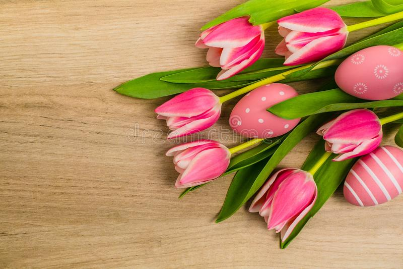 Ein Bündel frische Rosa- und weißentulpenblumen stockfotos