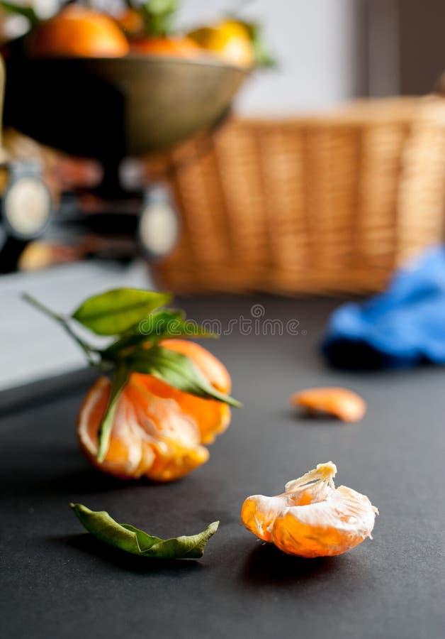 Ein Bündel frische saftige Klementinen mit Grün verlässt in einer Skala stockfoto