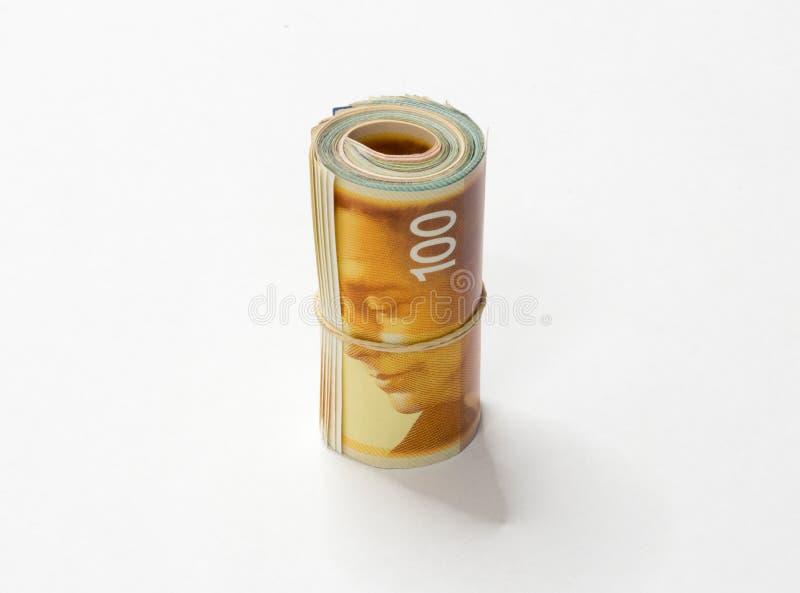 Ein Bündel israelische neue Schekel NIS-Geldanmerkungen rollte oben und hielt mit einem einfachen Gummiband zusammen, das auf ein stockfotos