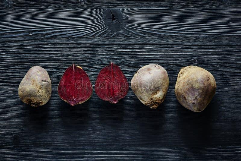Ein Bündel Rote-Bete-Wurzeln innerhalb der bunten Nahrungsmittel der Außenseite lizenzfreie stockbilder