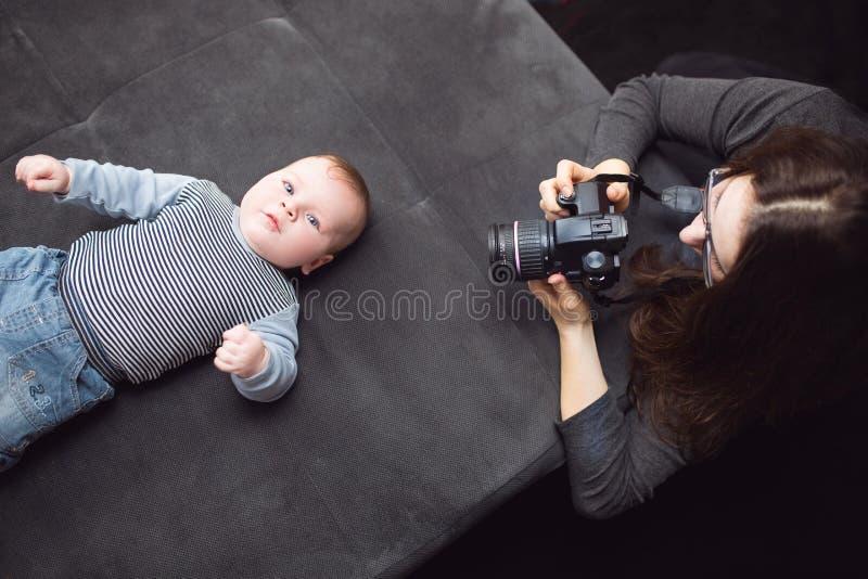 Ein Baby und die Mutter lizenzfreie stockfotos