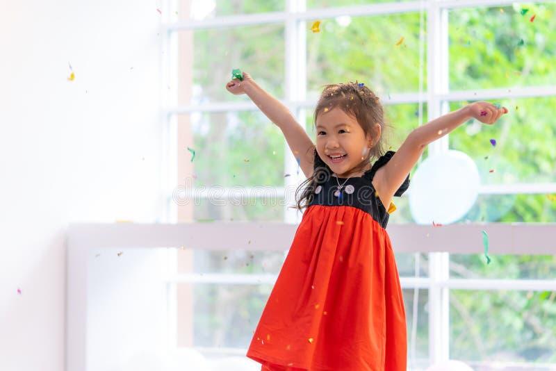 Ein Baby wirft Papierpartei stockfotografie