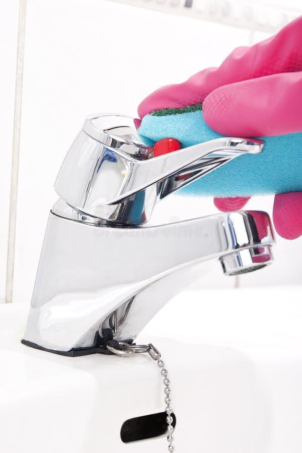 Reinigungs-Badezimmer-Hahn stockfotos