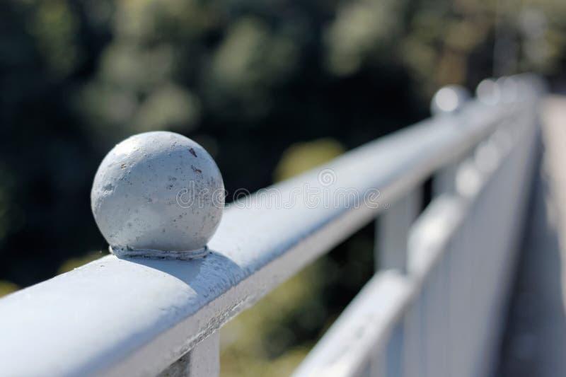 Ein Ball auf Brückenzaun lizenzfreies stockfoto