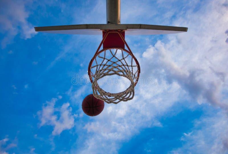 Ein Basketball, der in einen Basketballkorb einsteigt lizenzfreies stockbild