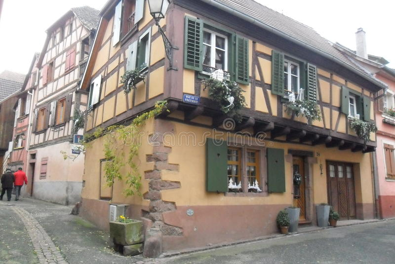 Ein Bauholz-gestaltetes Haus in Ribeauvillé in Frankreich lizenzfreie stockbilder