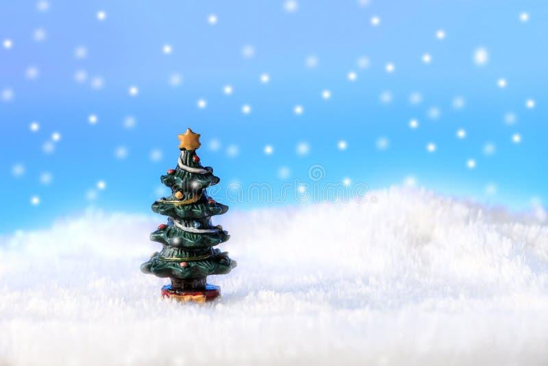 Ein Baum im Schnee lizenzfreie stockbilder