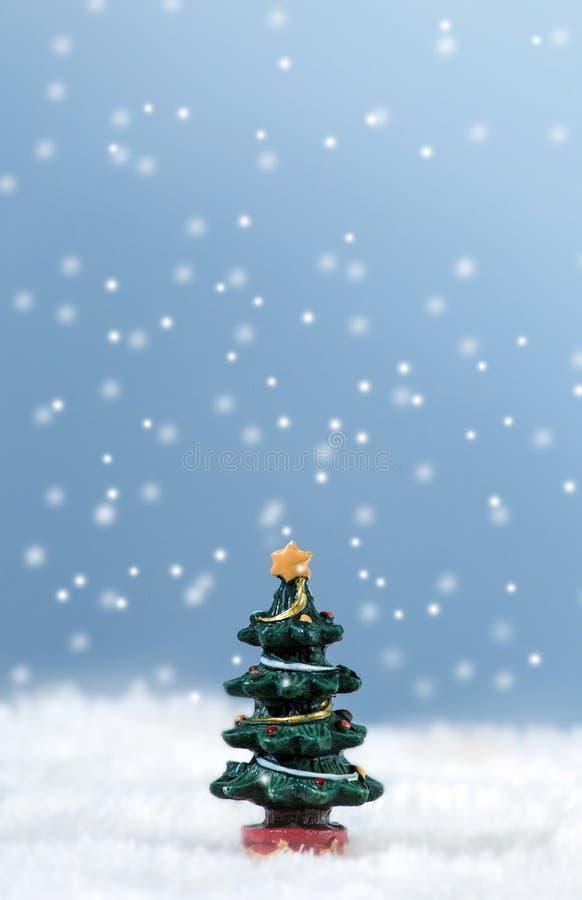 Ein Baum im Schnee stockbild