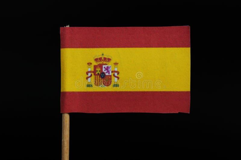 Ein Beamter und eine Staatsflagge von Spanien auf Zahnstocher auf schwarzem Hintergrund Horizontales Tricolour von Rotem, von Gel lizenzfreies stockbild