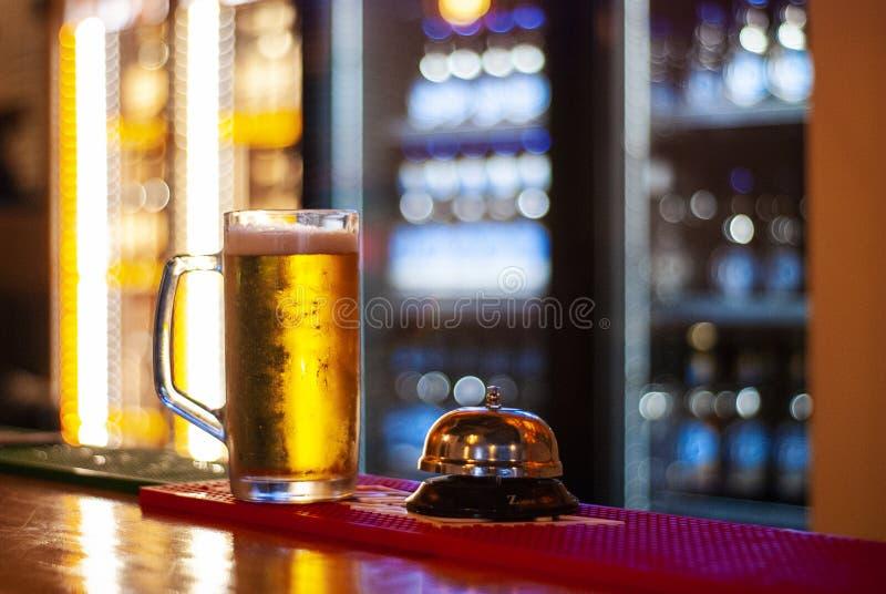 Ein Becher frisches Bier stockfoto
