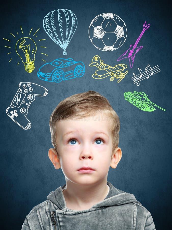 Ein Begriffsbild eines denkenden Kindes stockfotografie