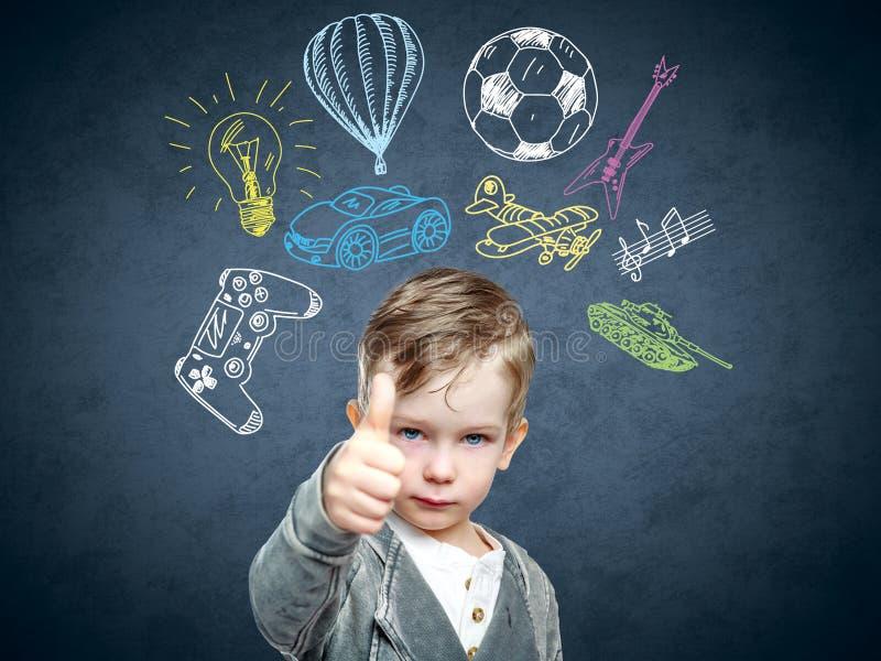 Ein Begriffsbild eines denkenden Kindes stockfotos