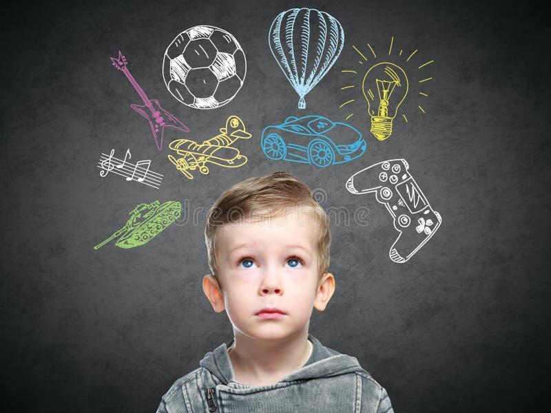 Ein Begriffsbild eines denkenden Kindes lizenzfreies stockbild