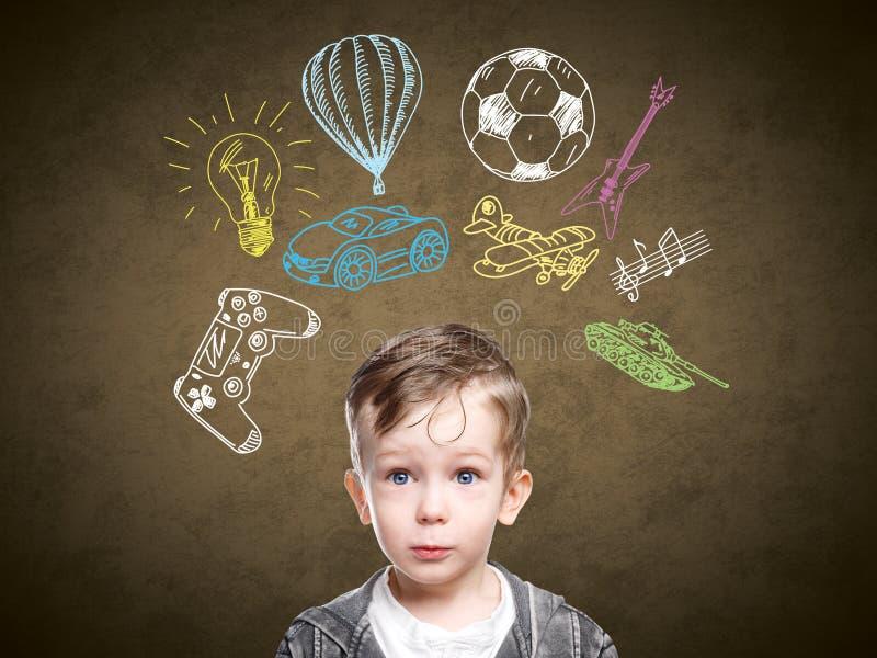 Ein Begriffsbild eines denkenden Kindes stockbilder
