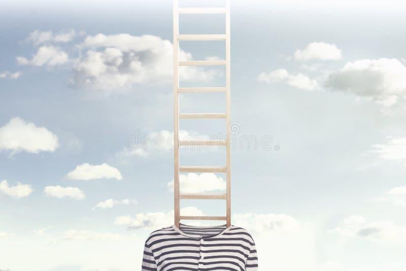Ein Begriffsfoto mit einer Leiter, die aus einen Person ` s Körper herauskommt und in Richtung zu einem bewölkten Himmel klettert lizenzfreie stockfotografie