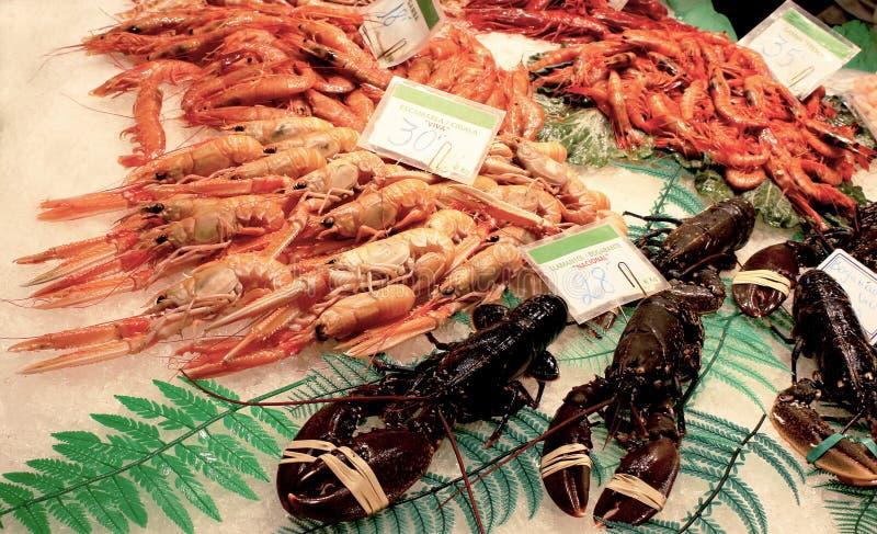 Ein Behälter von Meeresfrüchten an einem lokalen Straßenmarkt, an den Garnelen, an den Garnelen, an den Hummern und an anderen Me stockfotos