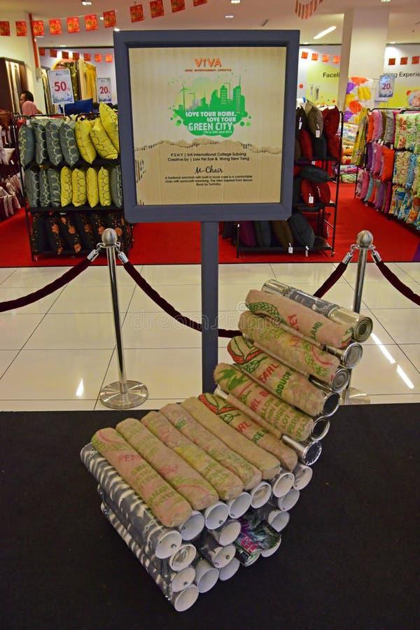 Ein Beispiel des Stuhls gemacht aus aufbereitetem Federballkasten heraus und geöffnet kann stockbilder
