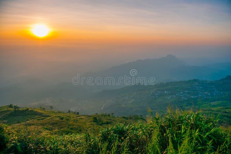 Ein Bergblick auf Sonnenaufgang an Nord von Thailand stockfoto