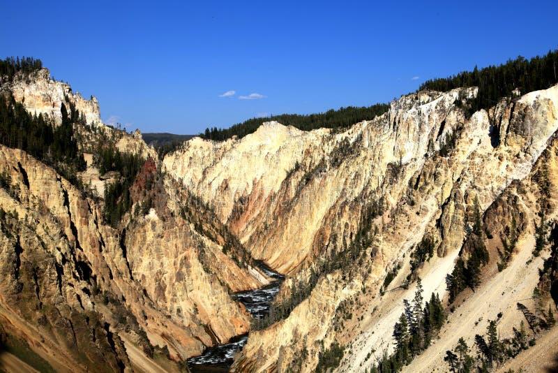 Ein Bergblick mit einem Fluss in der Mitte lizenzfreies stockfoto