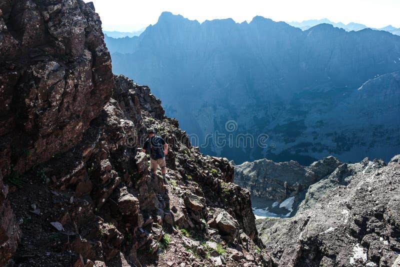 Ein Bergsteiger auf den kastanienbraunen Bell-Bergen, nahe Aspen Colorado stockfoto