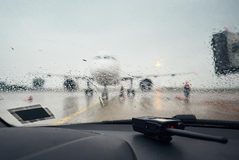 Ein beschäftigter Flughafen im Regen stockbild