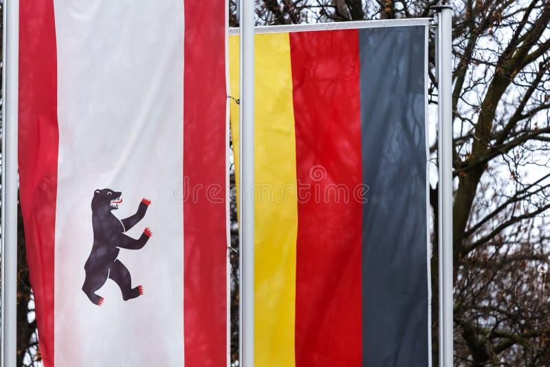 Ein Bewohner von Berlin und eine deutsche Flagge lizenzfreie stockfotografie