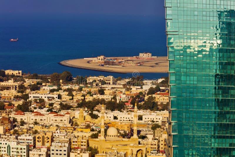 Ein Bild, das den Kontrast zwischen alter und neuer Architektur in Dubai zeigt stockbilder