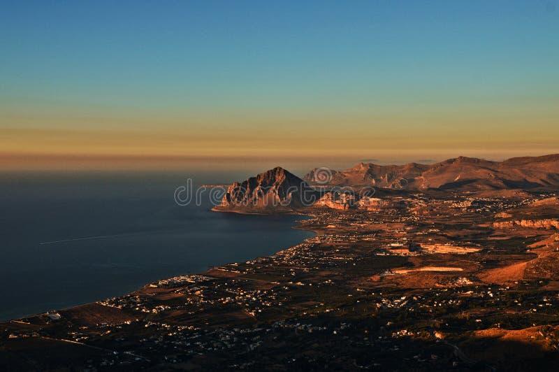 Ein Bild der Küste von Sizilien gesehen von den Bergen stockfotografie