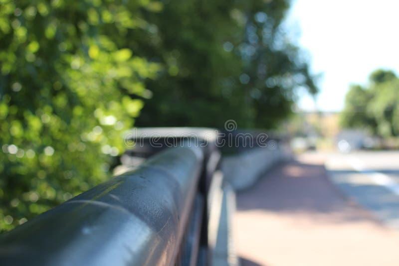 Ein Bild des Handlaufs von der Brücke, die über The Creek hinausgeht stockfotografie