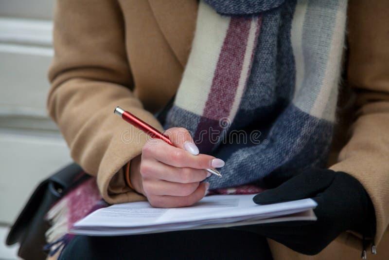 Ein Bild einer Hand und des Stiftes, die ein Formular ausfüllen lizenzfreie stockbilder