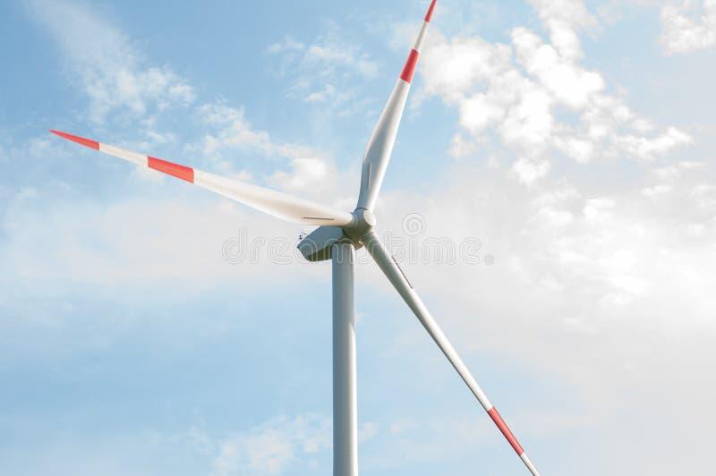 Ein Bild einer Windmühle, die einen schönen blauen Himmel übersieht stockbilder